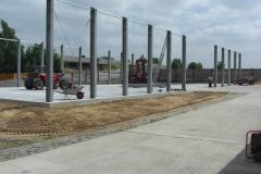 Hackschnitzel-Halle: Die Bodenplatte ist fertig und die Stützen werden gestellt.