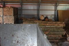 Hackschnitzel-Halle: Das Holz wartet bereits in der Halle auf seine Verarbeitung.